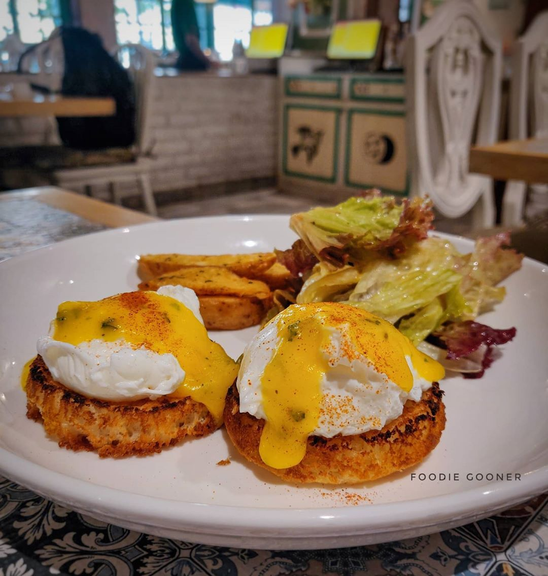 .  .  🍽️: EGGS BENEDICT (Perfectly poached eggs topped on crispy English muffin and some hollandaise sauce on top of it. Served with potato wedges and crispy lettuce salad, really loved the poached eggs and the quantity of the dish)  .  .  .  Location: @grandmamascafe  .  .  .  Price: 280/- (Slightly expensive but worth the money)  .  .  .  Rating: 4.5/5 🌟🔥 (Must try dish) .  .  .  .  #foodbossindia #eggetarian #mumbaifoodie #foodmaniacindia #shawarma #streetfoodlove #eggsbenedict #englishmuf