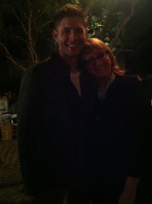 """Jensen last night :   """"lOOK GUYS IT'S MY MOM AND JENSEN WOW""""  """"OH MY GOD YOU GUYS MY MOM JUST MET JENSEN ACKLES SHE TOLD HIM THAT I'M A BIG FAN AND WANTED TO INVITE HIM OVER FOR PIE AND HE SAID YES"""""""