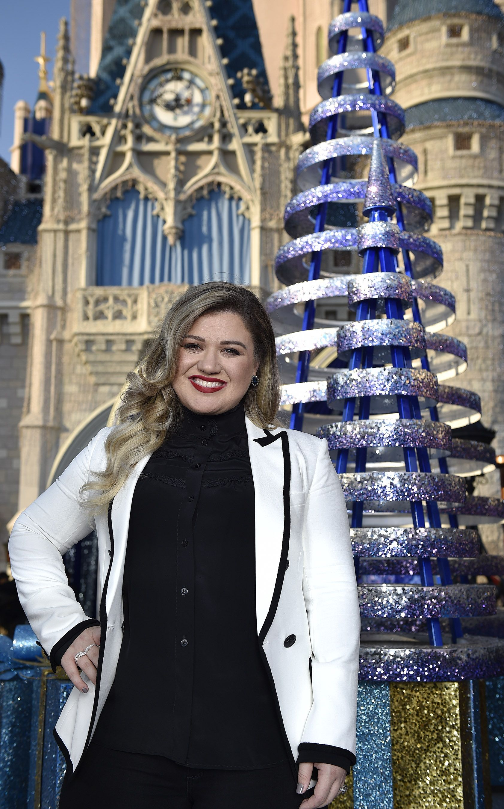 Kelly Clarkson Prepares for Most \'Magical Christmas Celebration\' at ...