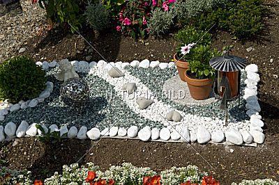 Grabgestaltung, Kiesbett, | Grab | Pinterest Grabgestaltung Ideen Blumen Pflanzen Deko
