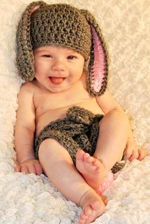 Bebes con gorritos en fotos le diré a la abuela Violeta que le haga uno así  a bebé Moisés!! para su sesión de fotos 24fd27aaddc