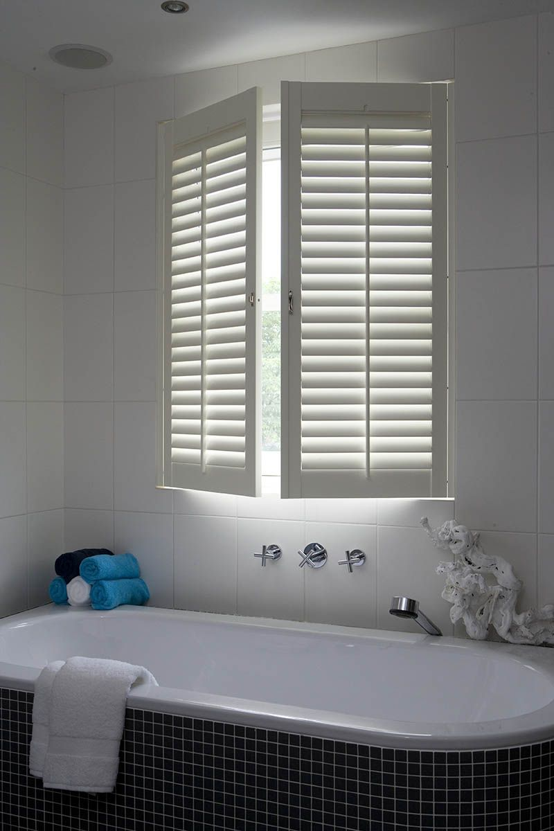 Shutters badkamer raamdecoratie-badkamer | Louvre deuren | Pinterest ...