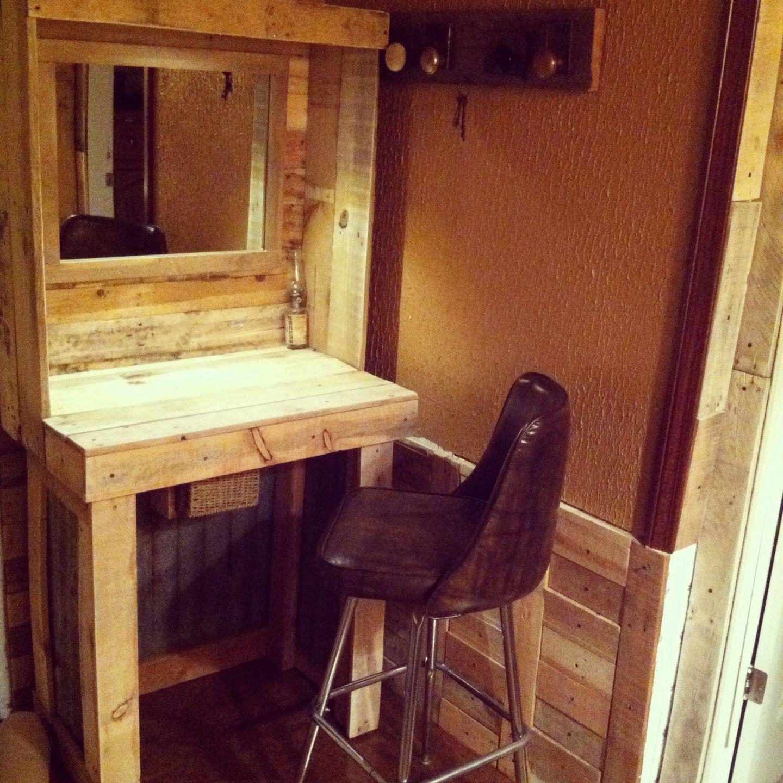 Diy pallet wood bathroom vanity pallet shelf for bathroom vanity diy - Pallet Makeup Vanity