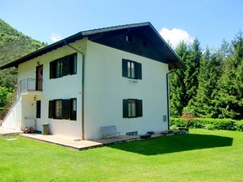 Holiday home Piva Intero Molina Di Ledro Holiday home Piva Intero is a holiday home set in Pieve Di Ledro in the Trentino Alto Adige Region and is 37 km from Trento. Guests benefit from balcony.  A TV is featured. There is a private bathroom with a shower.