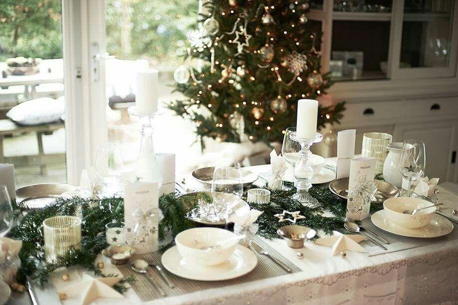 Kersttafel in wit en zilver