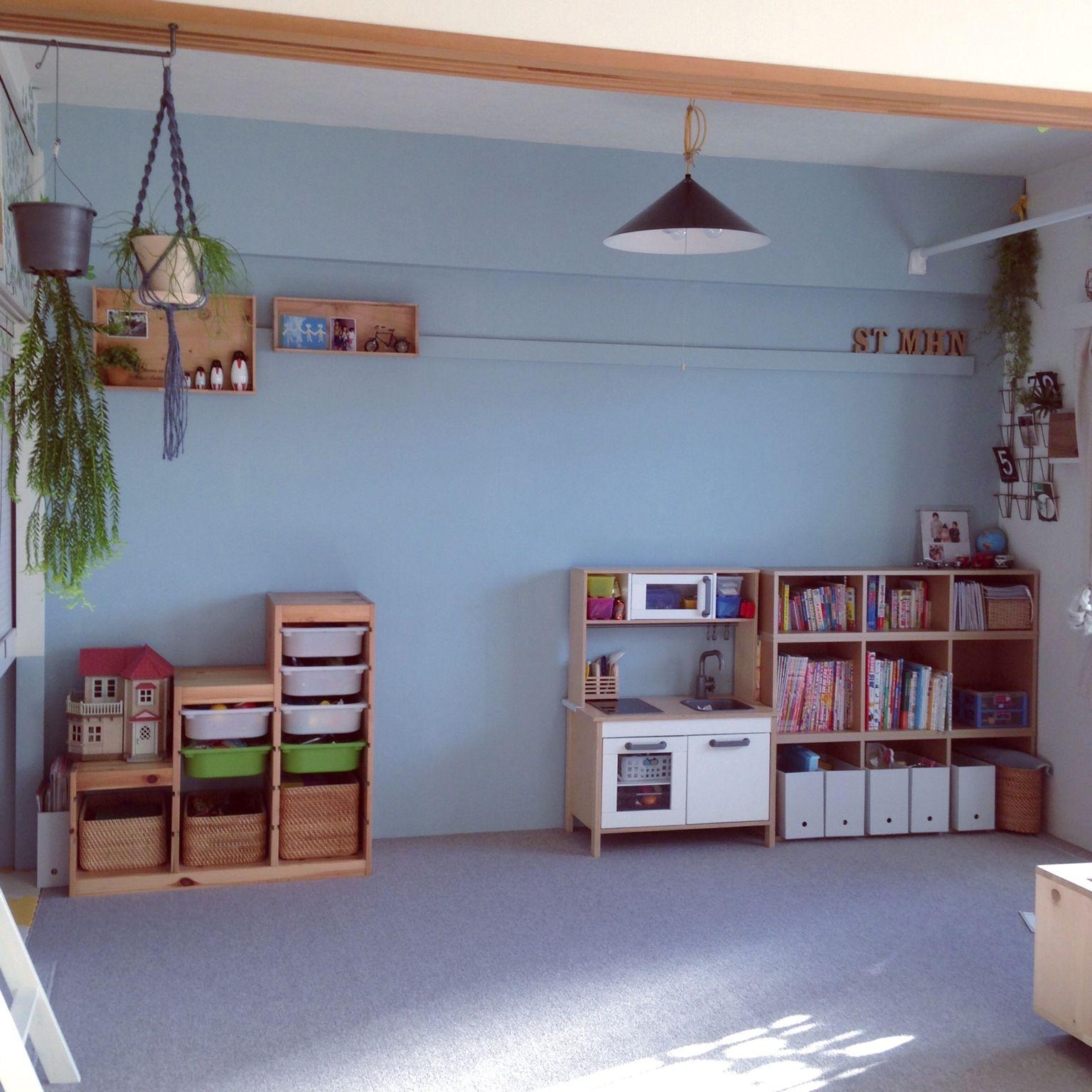右側の本棚は、無印良品の3段のパルプボードボックスを横