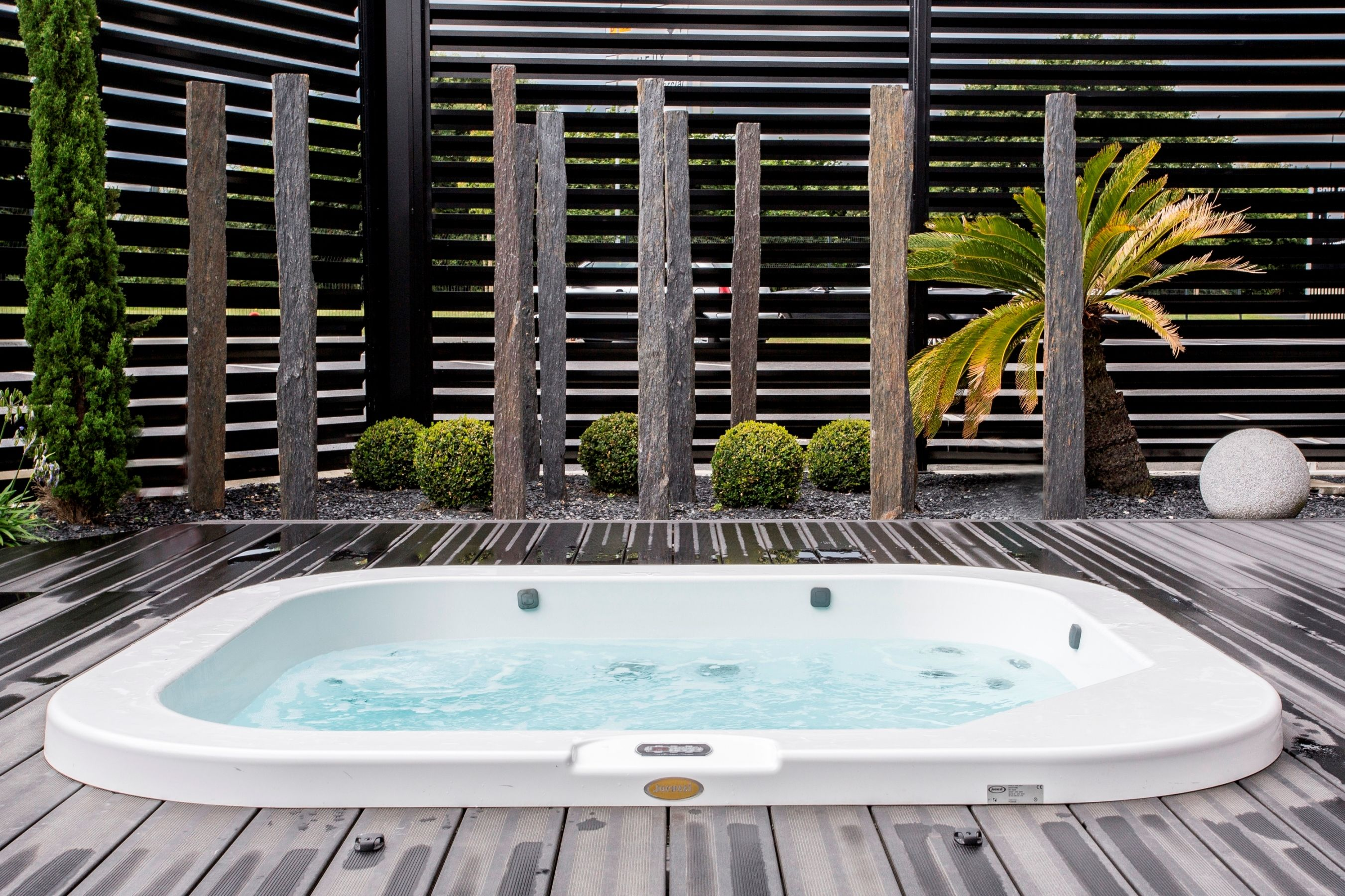 spa delos de jacuzzi encastr dans une terrasse en bois. Black Bedroom Furniture Sets. Home Design Ideas