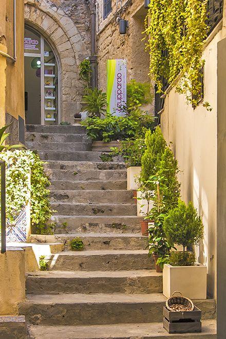 sizilien agrigento in der altstadt unterwegs http