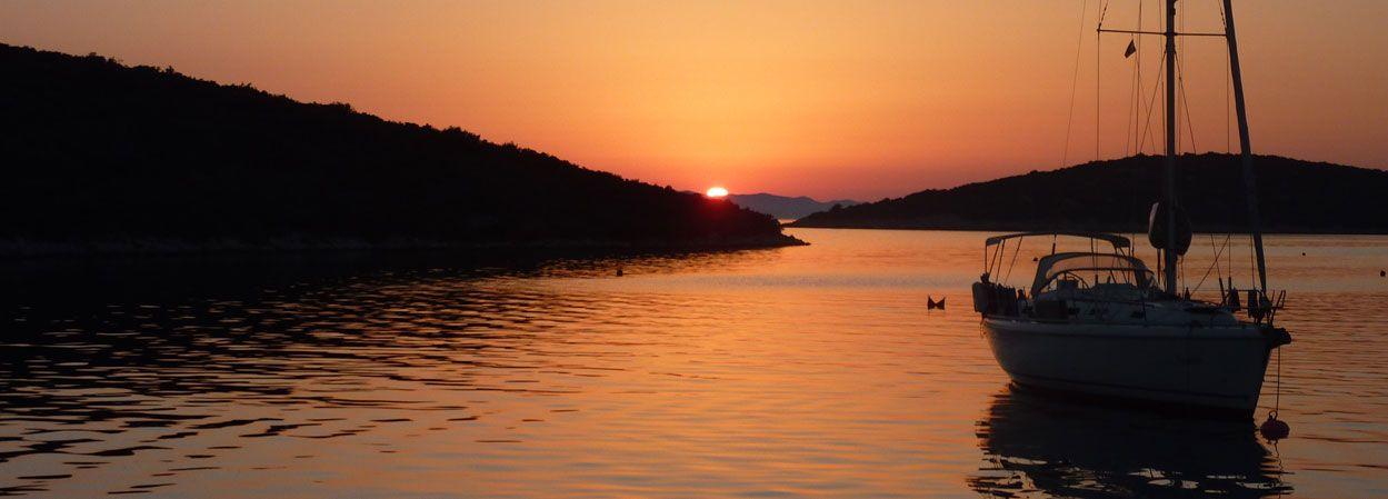 Nach einem erlebnisreichen Tag am Wasser ist auf dieser #Segelyacht Feierabend. Zeit zu relaxen, den Sonnenuntergang genießen und ein gutes Fläschchen Wein öffnen.
