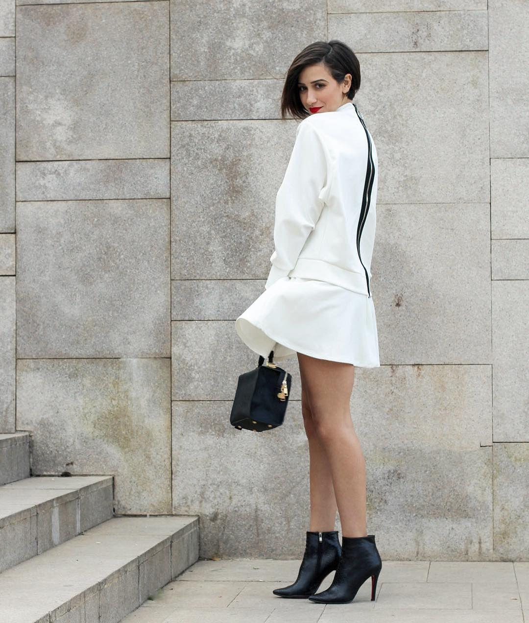 Ce look est sur le blog!!! En cliquant sur le lien dans la bio, vous aurez accès à toutes les informations concernant la tenue. Un total look blanc, ou presque...! Moi, j'adore! Et vous? 📸: @lachhab__ #new #blog #post #total #white #look #blanc #spring #lookbook #streestyle #fashion #lifestyle #beauty #blogger