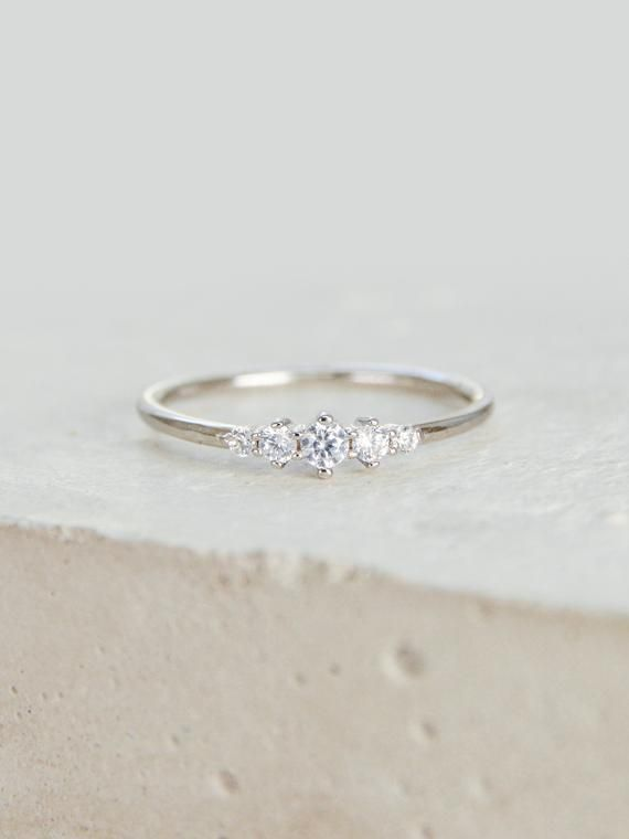 Photo of Tiara Ring, Petite, Dainty Ultradünner Stapelring mit 5 Mini Micro Pave CZ Steinen – SILBER -…