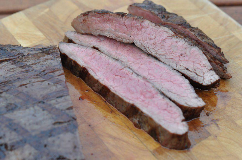 das perfekte flank steak grillen barbecue. Black Bedroom Furniture Sets. Home Design Ideas