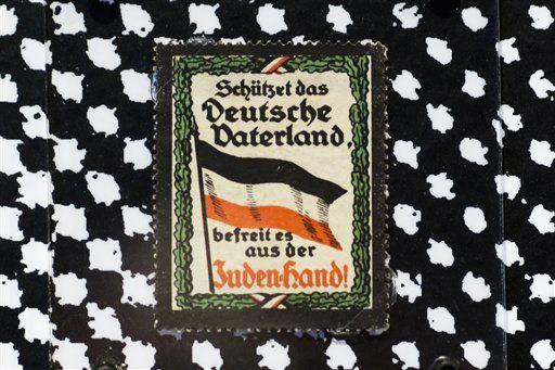 Museo alemán exhibe 130 años de engomados racistas - http://a.tunx.co/Hb21L