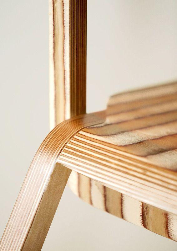 Detailsicht auf einen Sperrholz-Stuhl