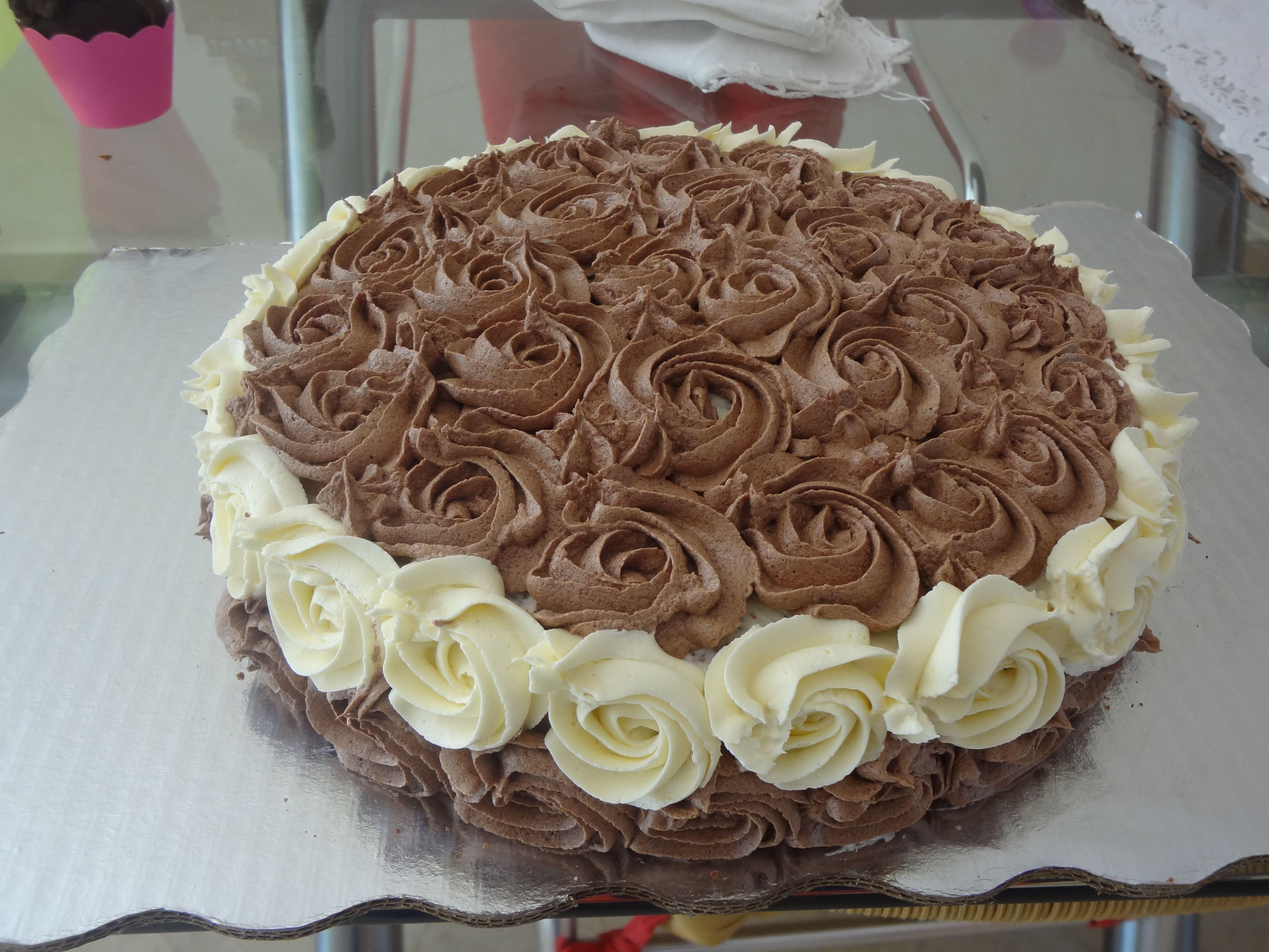 Pastel de chocolate decorado con rosas de mantequilla cumplea os pinterest pastel de - Decoracion con chocolate ...