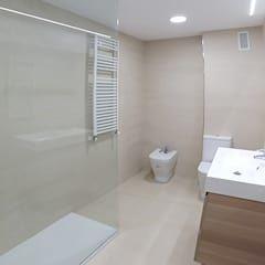 Der anbau von innen modernen badezimmer von wukowojac architekten modern   homifizieren  – Siedlungshaus