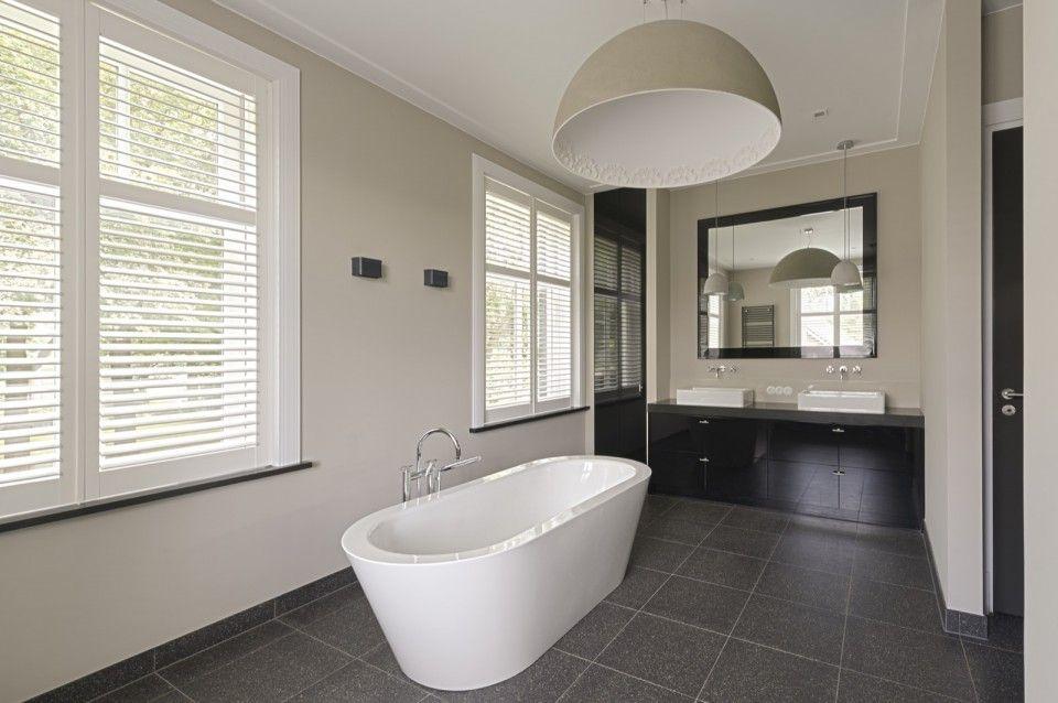 Badkamer design met ligbad | badkamer ideeen | design badkamers ...