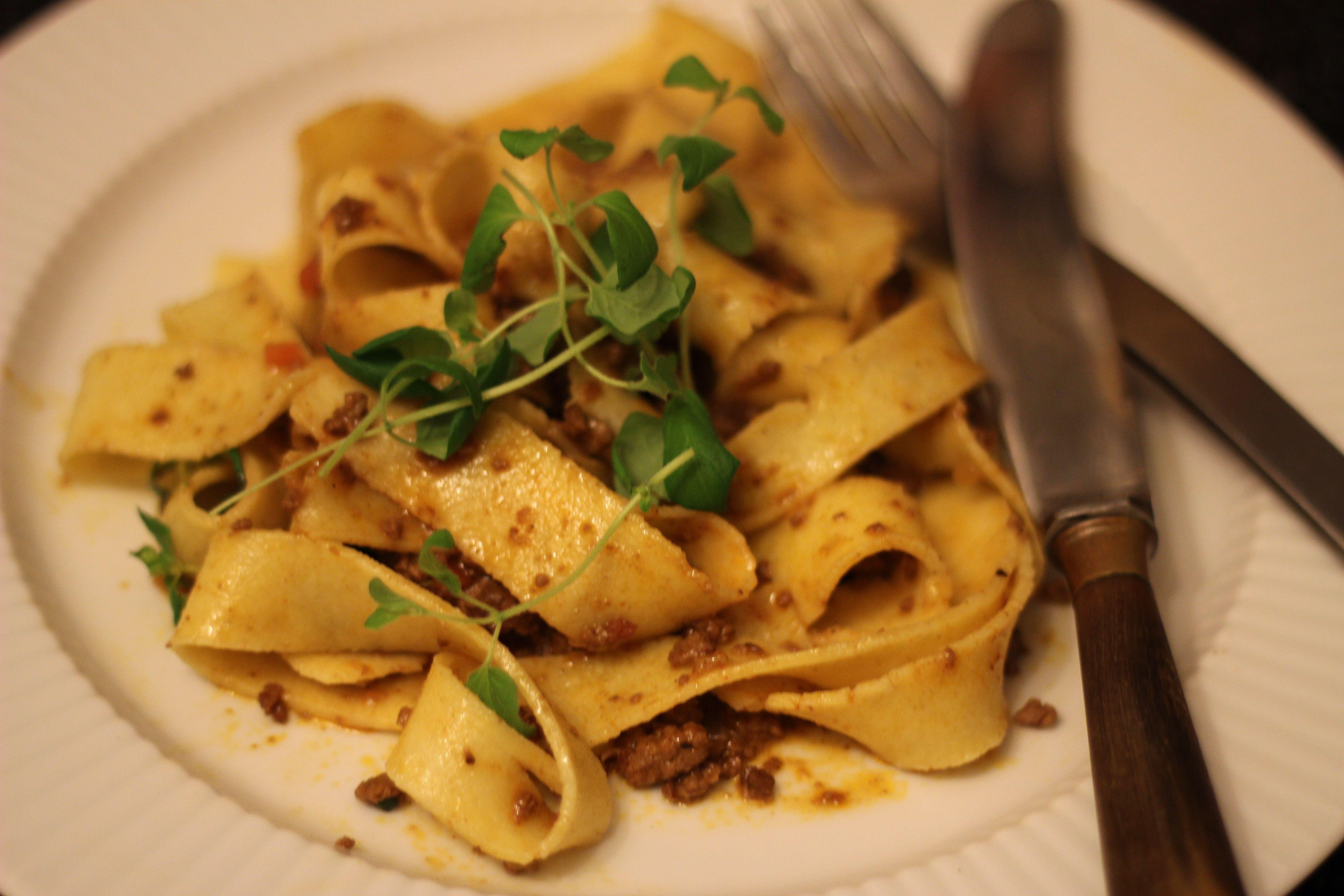 Mange tror fejlagtigt, at spaghetti med kødsovs er en hurtig hverdagsret og lidt af en tarvelig spise. Ikke med denne originale opskrift på Ragu bolognese!