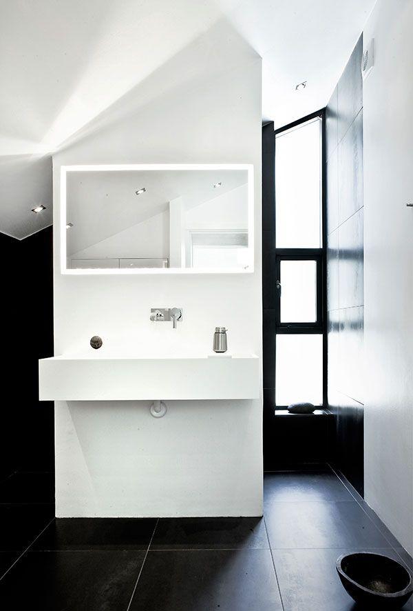 Petite salle de bain Blanche et noire - Sol noir - Meuble évier - salle de bain meuble noir