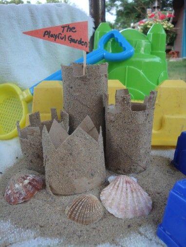 zand kasteel van wc en keuken rolletjes, zand en schelpen.