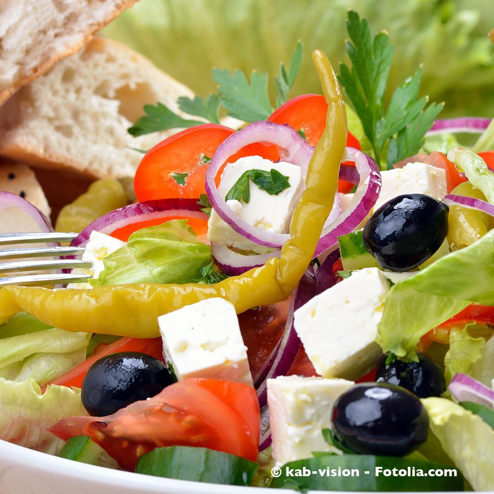 Ein leckerer Griechischer Salat für einen Abend am eigenen Balkon./ The best greek salad for an evening on the deck!