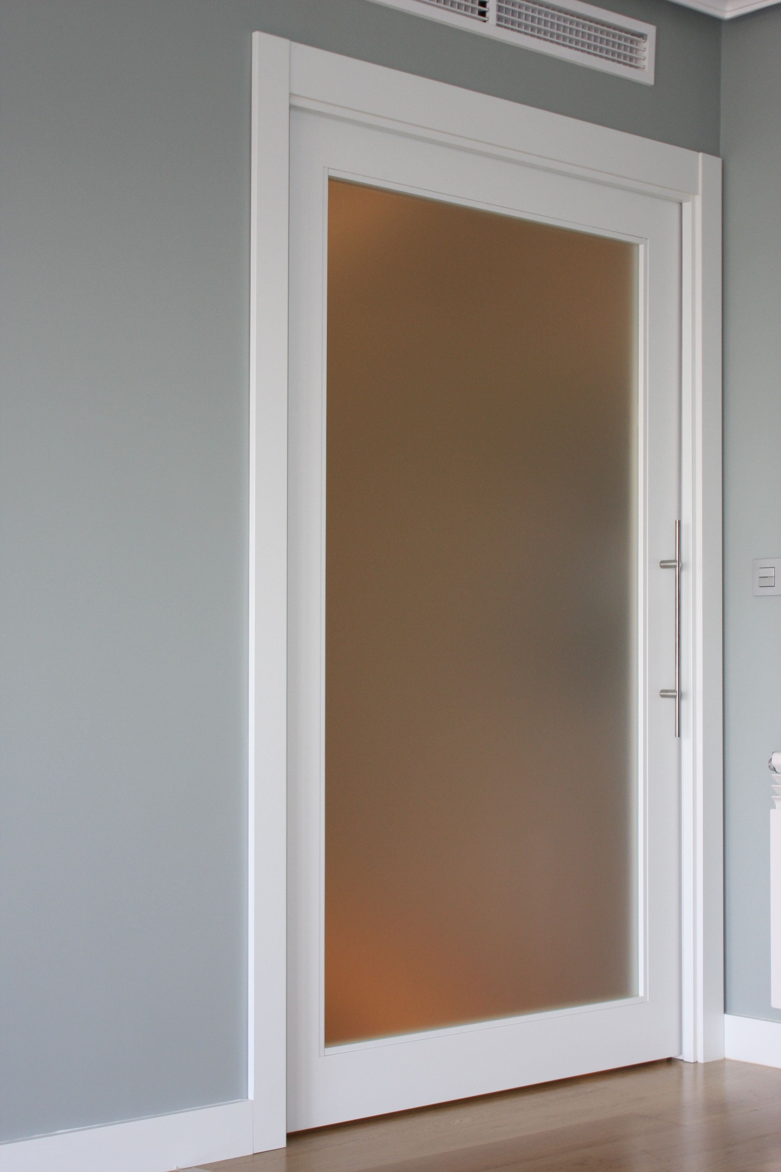 Puerta corredera de paso de cristal al cido armarios for Puertas de madera para dormitorios