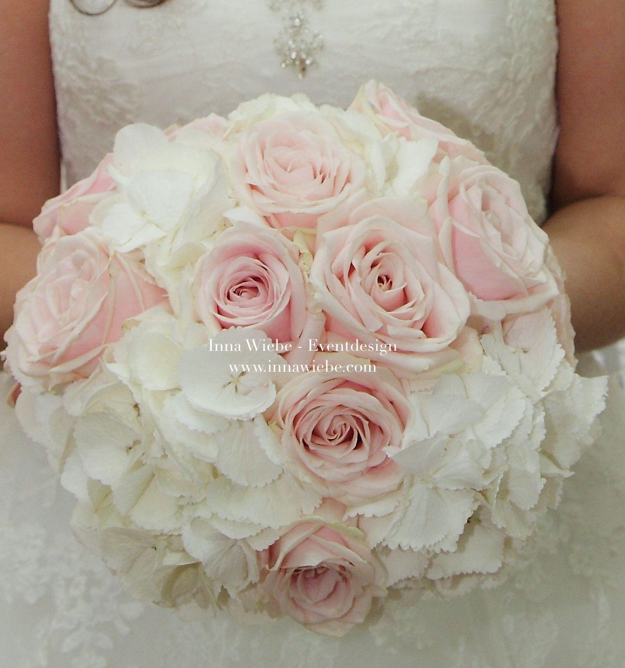 Romantischer Brautstrauss Kompakt Und Rund Gebunden In Weiss Und Puderrosa Brautstrauss Bridalbouquet Bride Flowers Blumenstrauss W Brautstrauss Braut Hochzeit