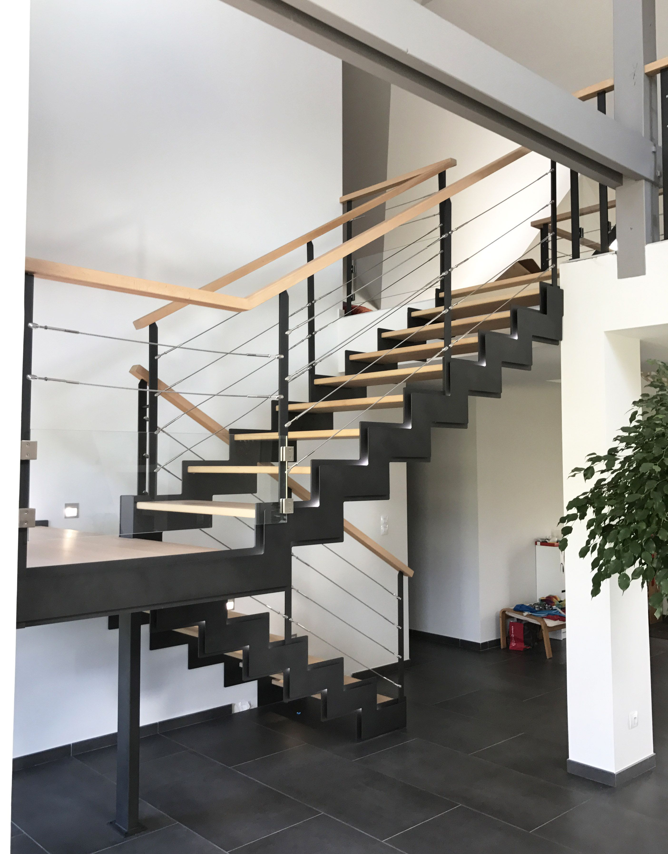 escalier int rieur demi tour avec palier interm diaire cet escalier double limons cr maill re. Black Bedroom Furniture Sets. Home Design Ideas
