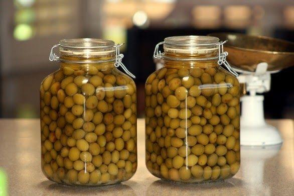 INGREDIENTI  1 kg di olive verdi  aglio  prezzemolo  olio d'oliva q.b   Preparazione   mettere le olive snocciolate con l'apposito sno...