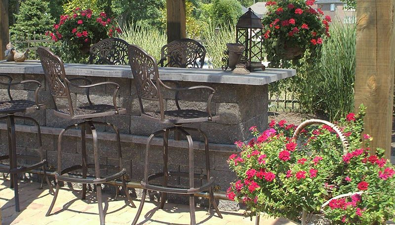 I would love to have a place like this where we could pul the tall barstools up to the bar...add Ken's fire pit table to the end of it at the same height as the seating bar.  It would be such a cozy place to visit while barbequing,