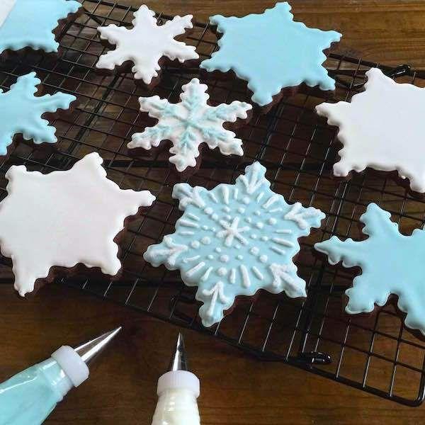 Découvrez comment réaliser ces féeriques sablés au chocolat en forme de flocons scintillants ! Laissez la magie opérer avec un peu de sucre et de glaçage...