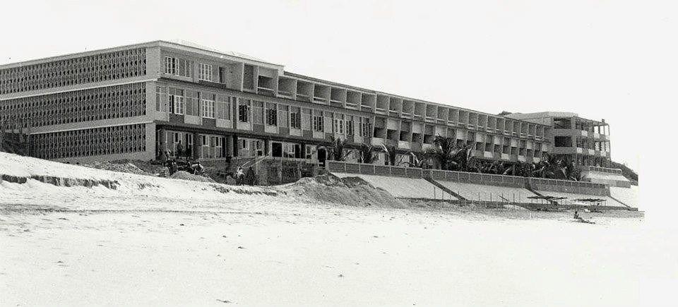 A fachada do Hotel do Chongoene, situado no Sul de Moçambique perto do Xai Xai. Pertença do Sr. Oliveira.