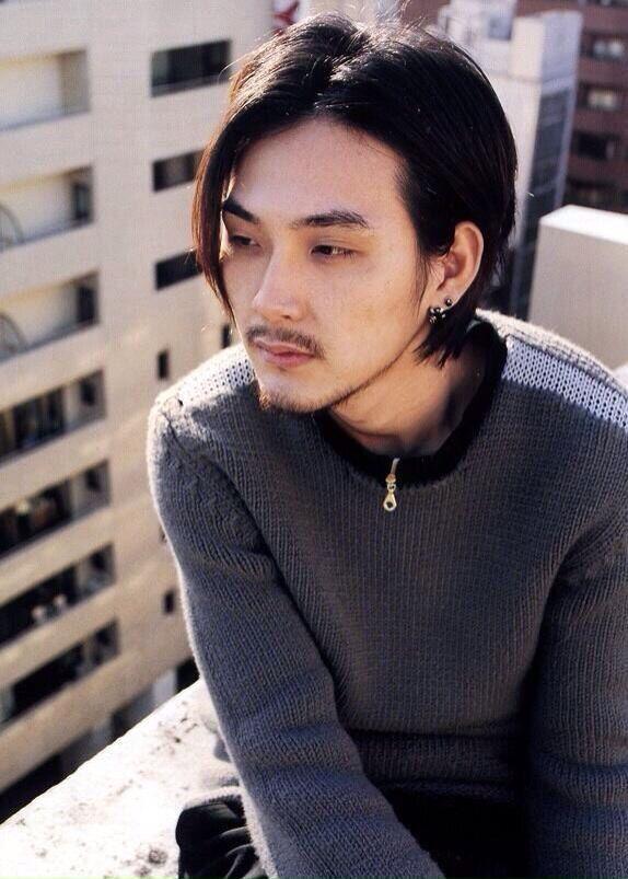 長い前髪がおしゃれでかっこいい松田龍平