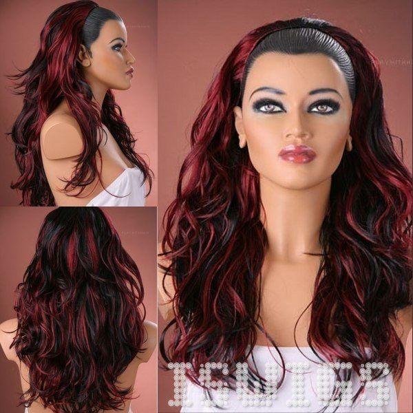 Mechas rojas en cabello oscuro y ondulado