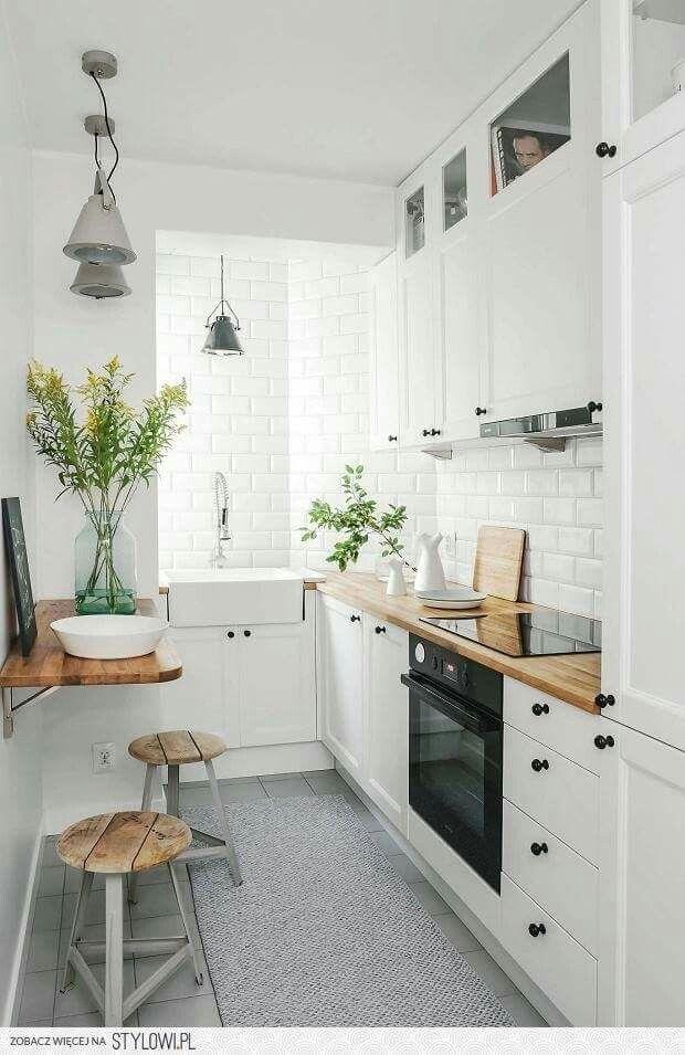 petite cuisine ferme o le blanc est omniprsent un bar a t cr avec une table up and down prsence dune crdence en carrelage imitation carreaux de