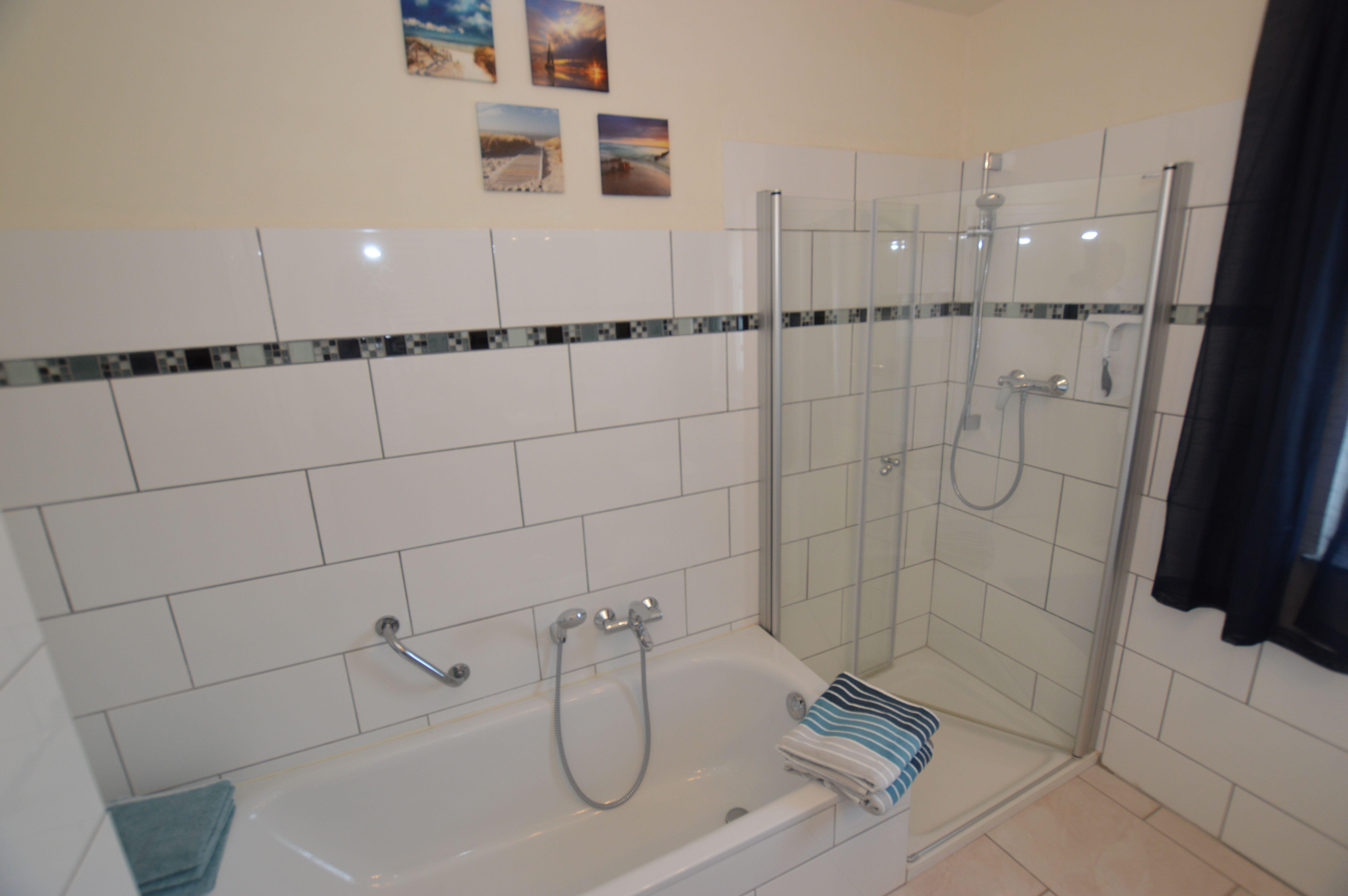 Badezimmer Mit Dusche Und Badewanne Moblierte Wohnung Badezimmer Mit Dusche Badewanne