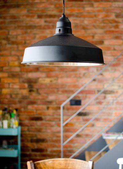 Schwarze Industrielampe aus Metall im vintage Look als dekorative - küche deko wand