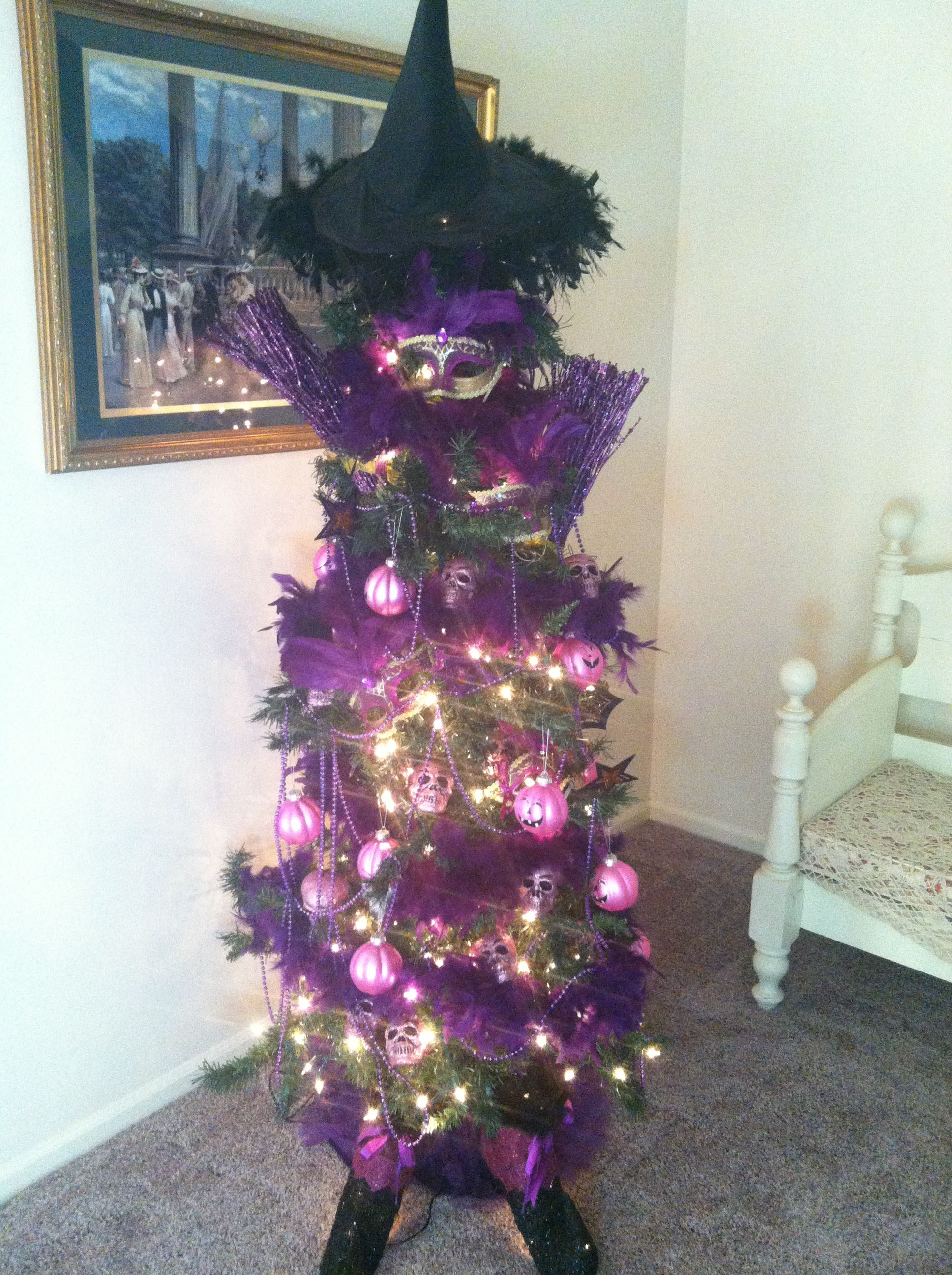 Halloween tree. Love the witch hat topper Diy halloween