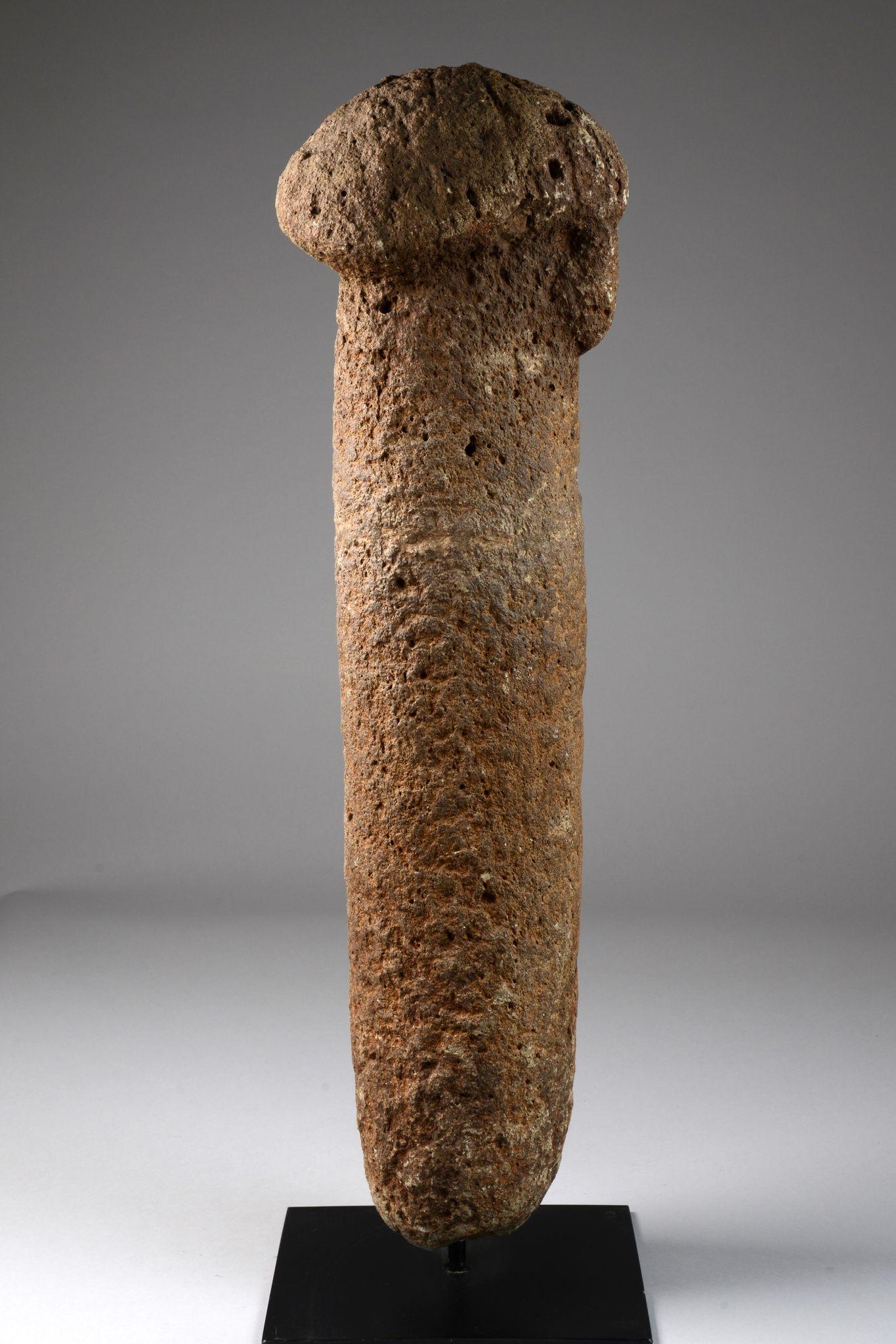Fálica estela de piedra, del siglo 13 al 17