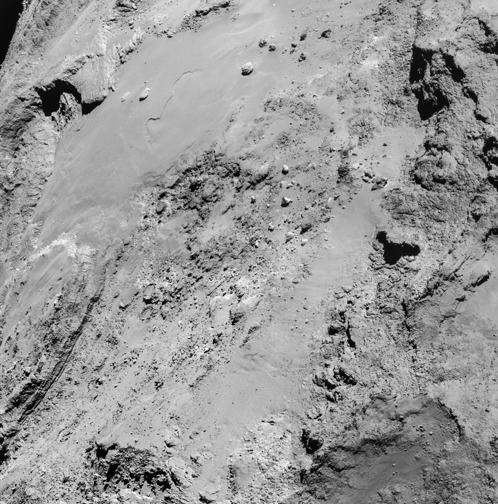 Rilasciate sul blog di #Rosetta le immagini del 14 febbraio, quando la sonda ha sorvolato la zona in cui dovrebbe essere atterrato il lander #Philae da un'altezza di soli 6 chilometri dalla superficie della cometa.