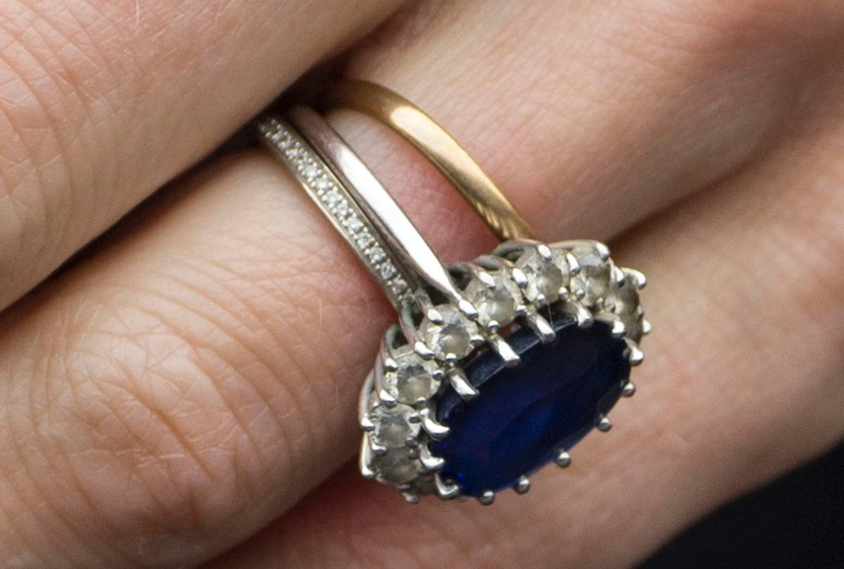 Catherine Duchess Of Cambridge S Gold Wedding Band Sapphire And Diamond Engagement Ri Kate Middleton Wedding Ring Kate Middleton Jewelry Kate Middleton Ring