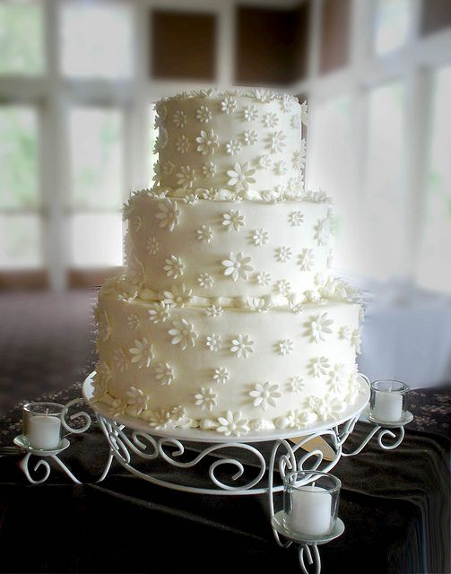 Nicole's Daisy Cake by valscustomcakes, via Flickr