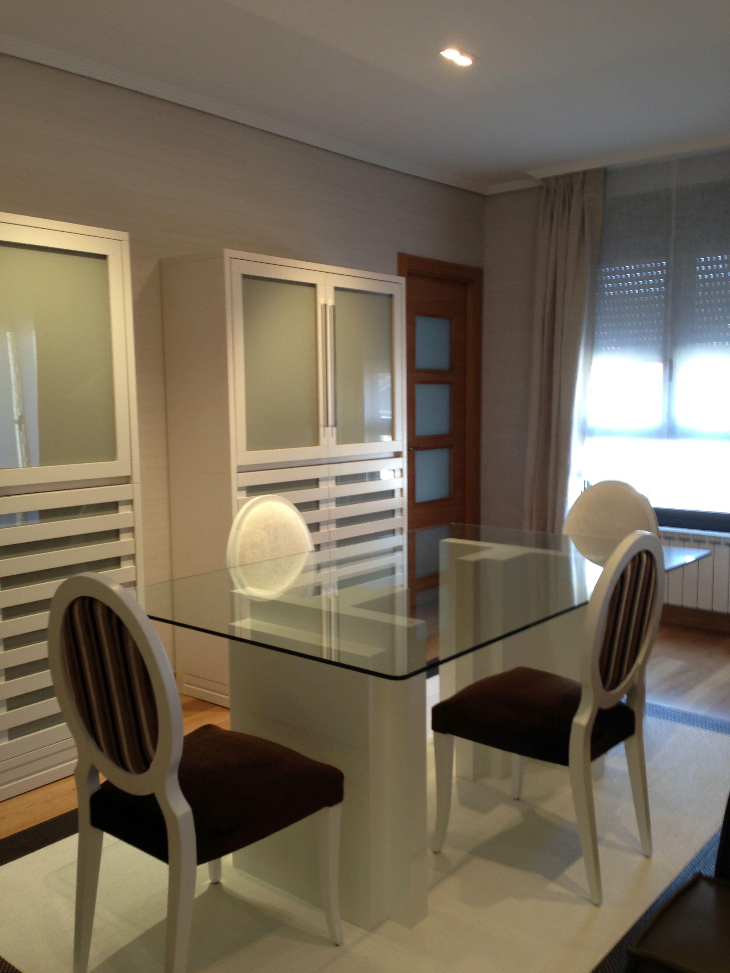 Comedor con mesa de cristal en komoda decoracion - Decoracion mesa comedor ...