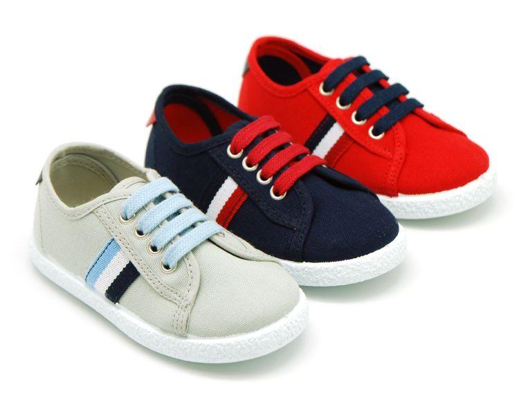 7074d0c5e Tienda online de calzado infantil Okaaspain. Zapatillas de lona con bandera  y cordones para niños