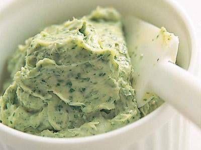 脇 雅世さんの「エスカルゴバター」のレシピページです。エスカルゴバターがあるだけで華やかなテーブルを演出できます。パセリを1束買ったときなどついでにつくっておくと便利です。 材料: バター、パセリ、にんにく、塩、こしょう
