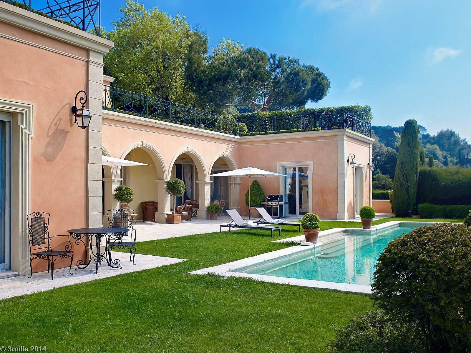Situated in one of the most desirable domain in #Cannes #Californie, this luxurious Toscan style #villa enjoys breathtaking views of the bay of Cannes and the Esterel Mountains.  http://www.palm-properties.com/californie-somptuous-villa-lv0059cn.html