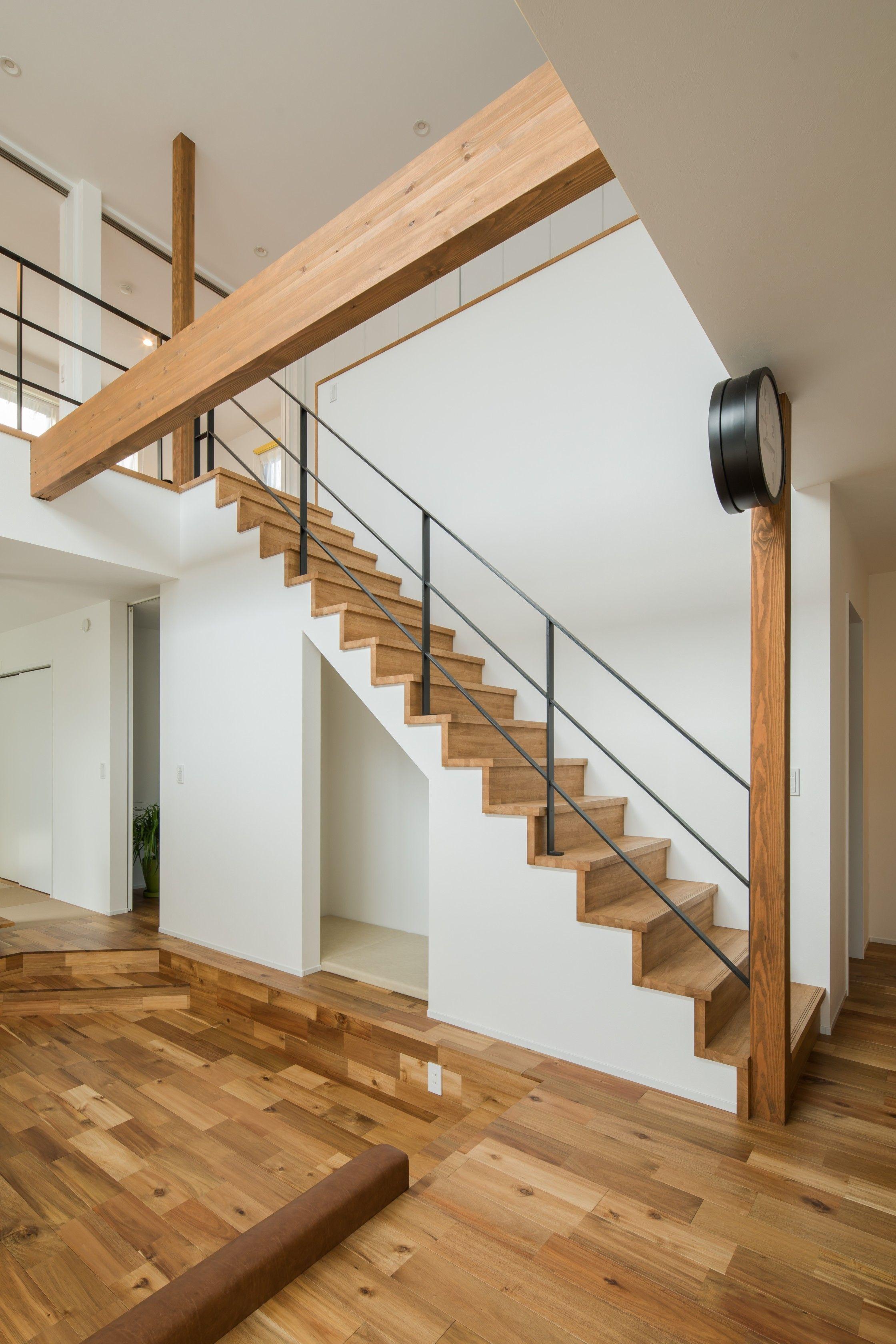 階段と柱と梁に時計がアクセントになって どこかの街角のような空間が