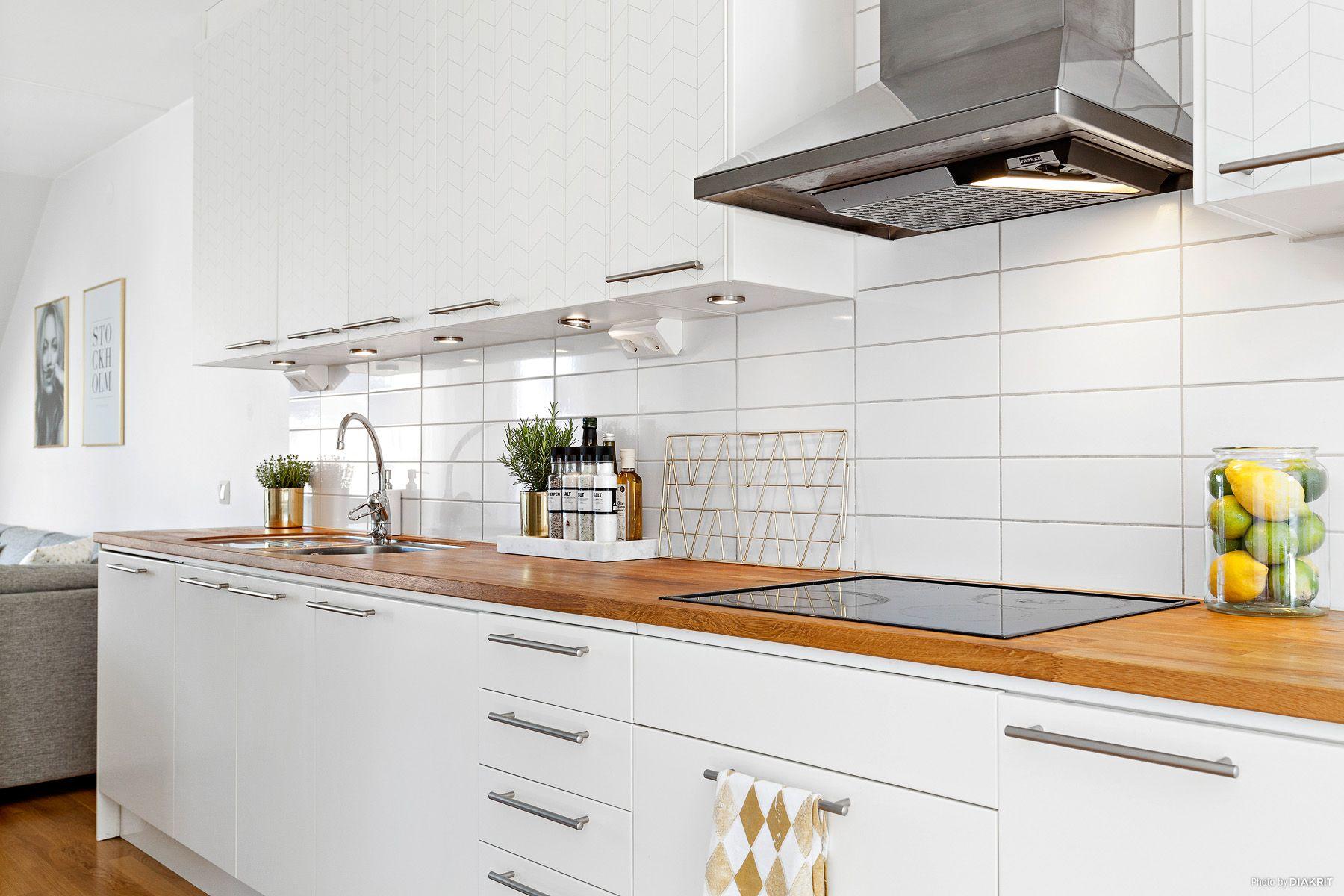 Stilrent och snyggt kök från Ballingslöv med vita luckorända upp till tak Bänkskiva i ek och