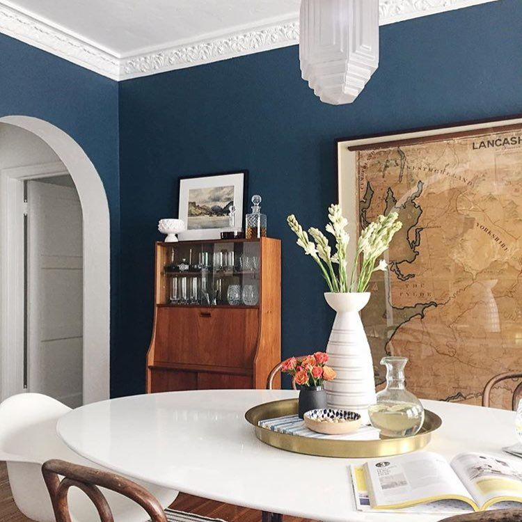 Midcentury meets modern in @ginny_macdonald's navy blue dining room.  #diningroomdecor  #diningroomtable #diningroomstyle #interiordesign #designinspiration // : @zekeruelas