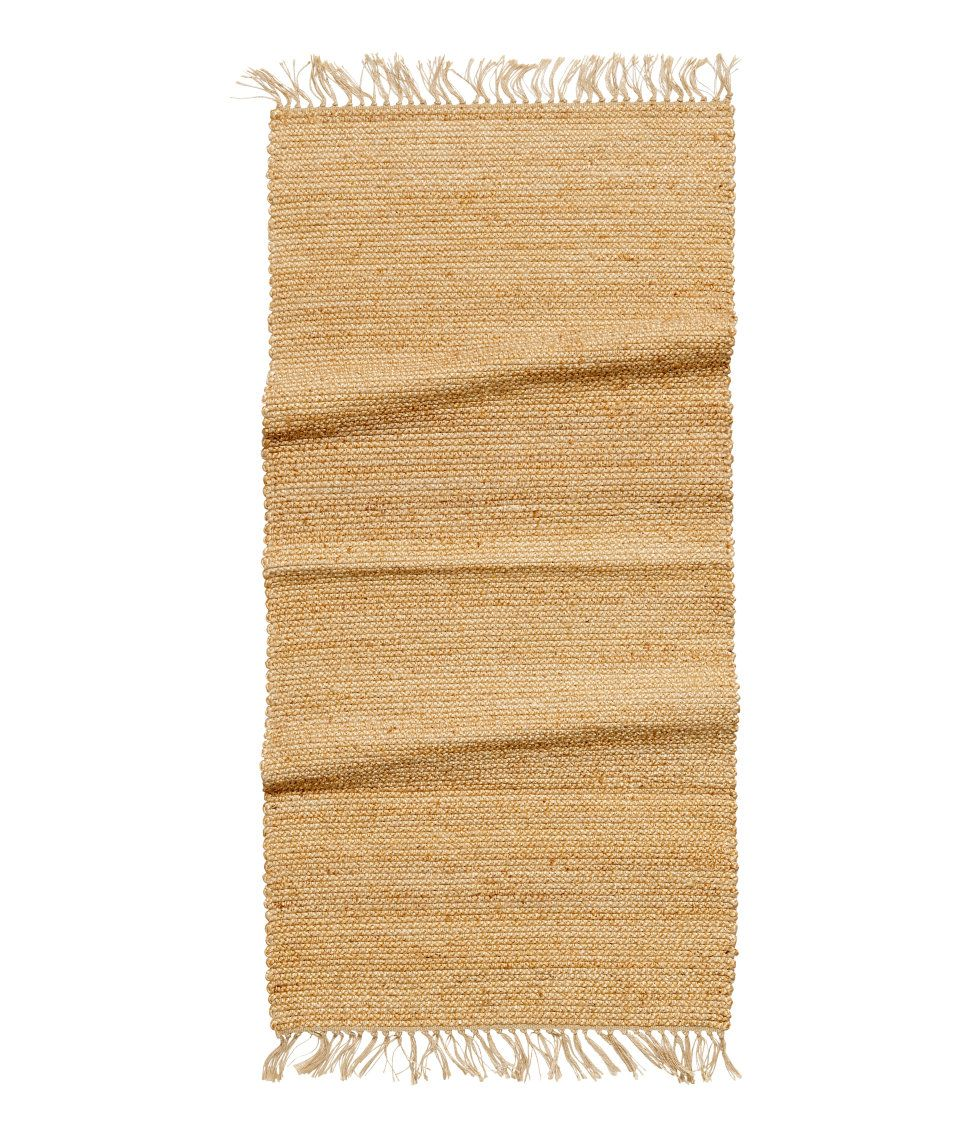 Katso! Suorakaiteen muotoinen matto punottua juuttia. Hapsut päissä. – Käy hm.comissa katsomassa lisää.